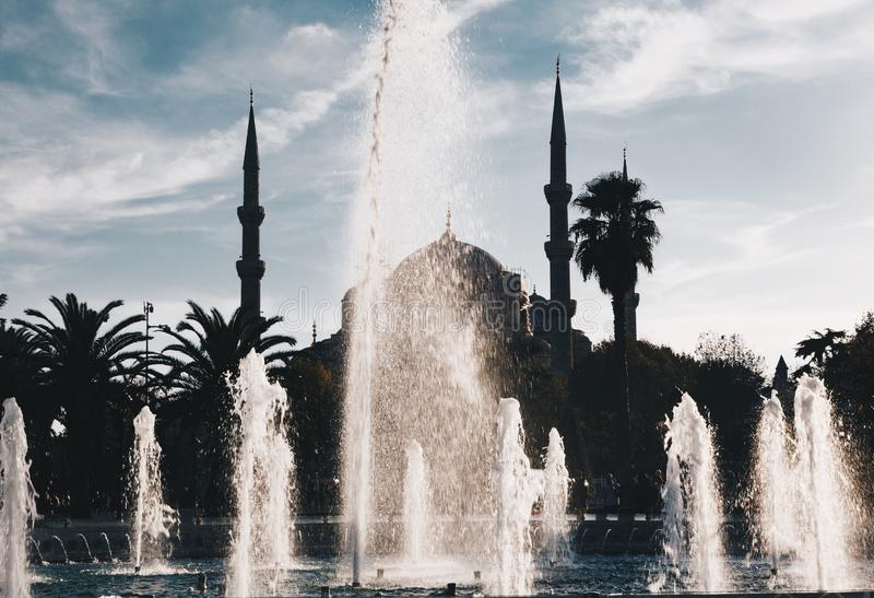 有喷泉e飞溅水和光线的-伊斯坦布尔火鸡蓝色清真寺 库存照片