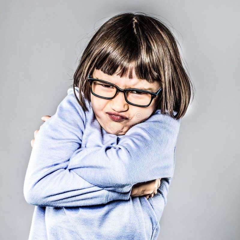 有噘嘴的女孩疯狂的勃然大怒,横渡她的分歧的胳膊 库存图片