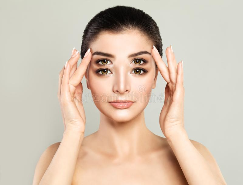 有四只眼睛的哀伤的妇女 审美手术的结果 图库摄影
