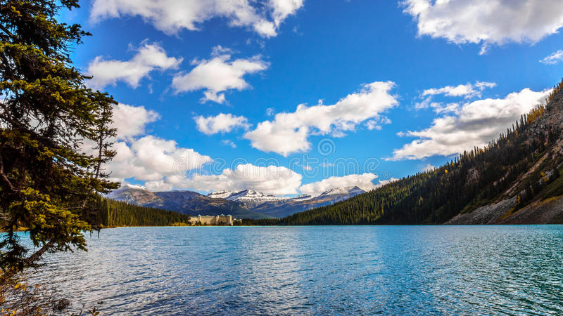 有团结峰顶和Whitehorn山的路易丝湖在背景中 免版税库存照片
