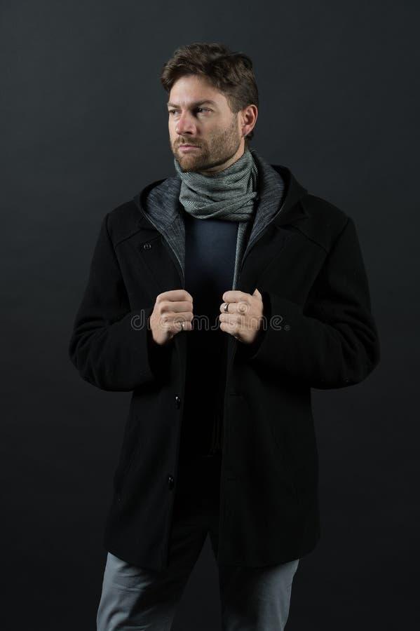 有围巾的男服偶然外套 在黑暗的背景的时装模特儿姿势 秋天或秋天时尚成套装备 信心和harisma 猪圈 免版税库存图片