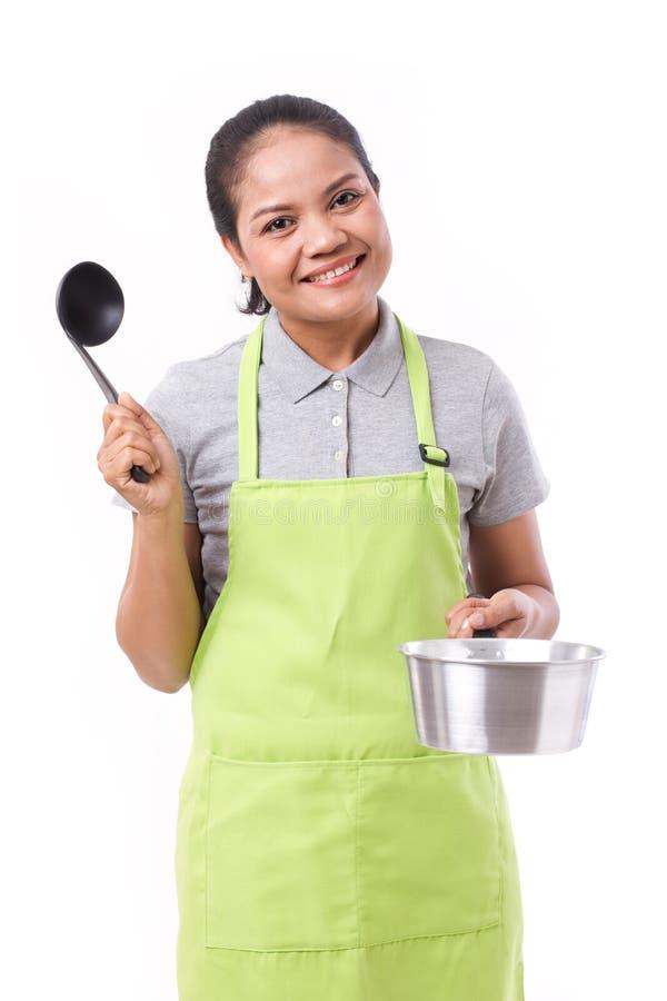有围裙的亚裔烹调夫人 图库摄影