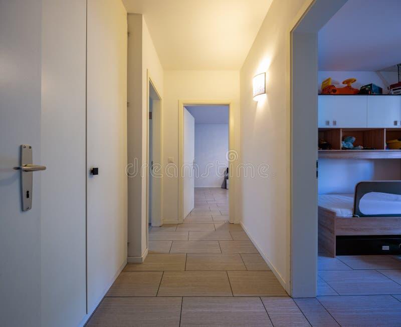 有固定壁橱和开门的白色走廊 库存图片