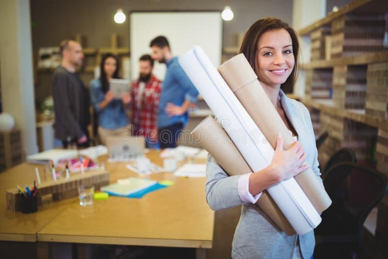 有图纸的确信的女性建筑师 库存图片