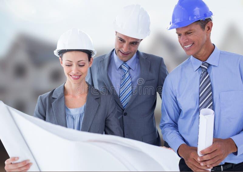 有图纸的建筑师在建筑工地 免版税库存照片
