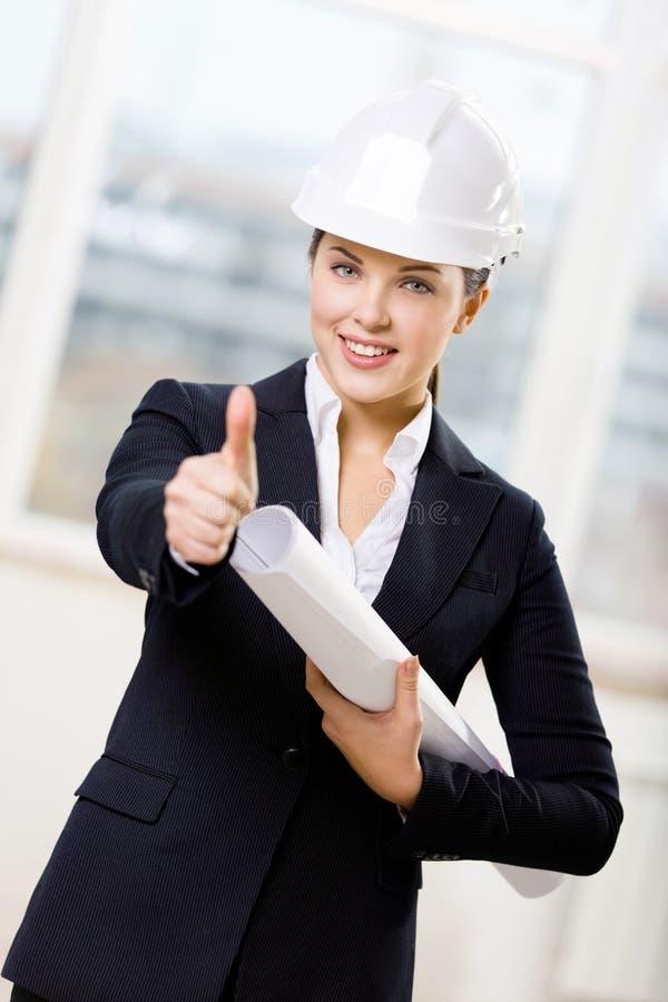 有图纸赞许的女性工程师 免版税库存图片