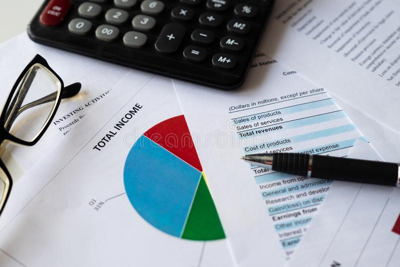 有图表分析的财务会计股票市场 免版税图库摄影