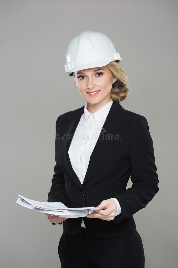 有图画的妇女建筑师 美丽的大厦女孩盔甲 免版税图库摄影