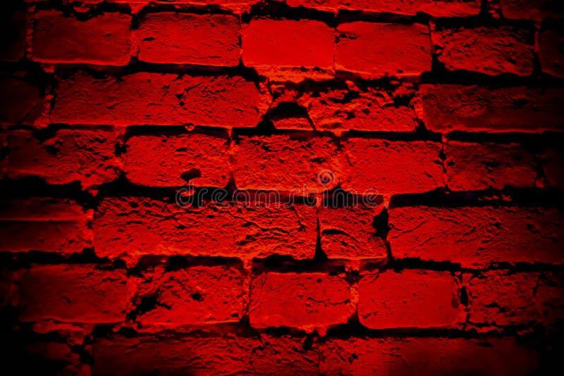 有圆形光线影响和阴影的深红砖墙 库存图片