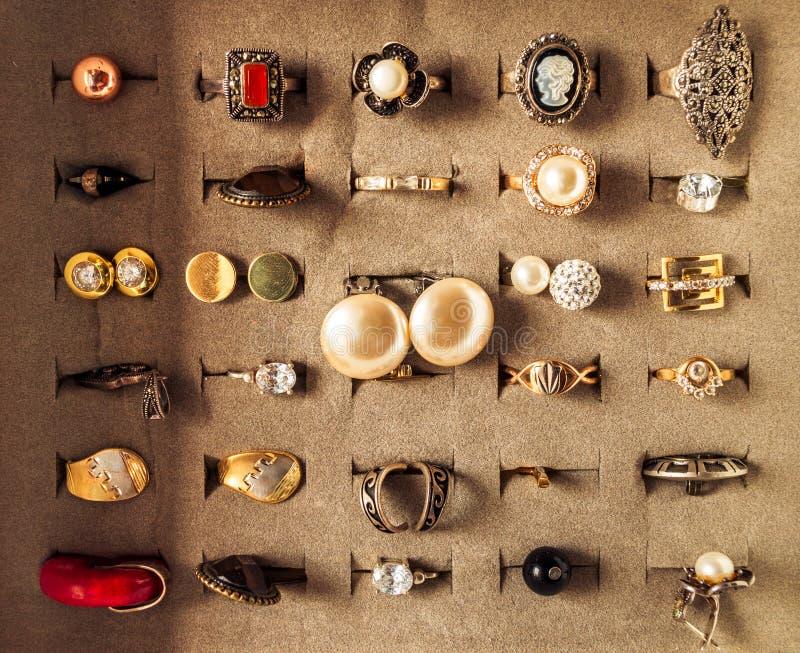 有圆环和earings的首饰盒 免版税库存图片