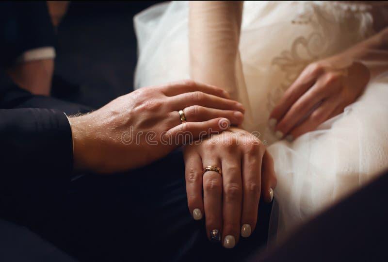 有圆环的手新婚佳偶 免版税库存照片