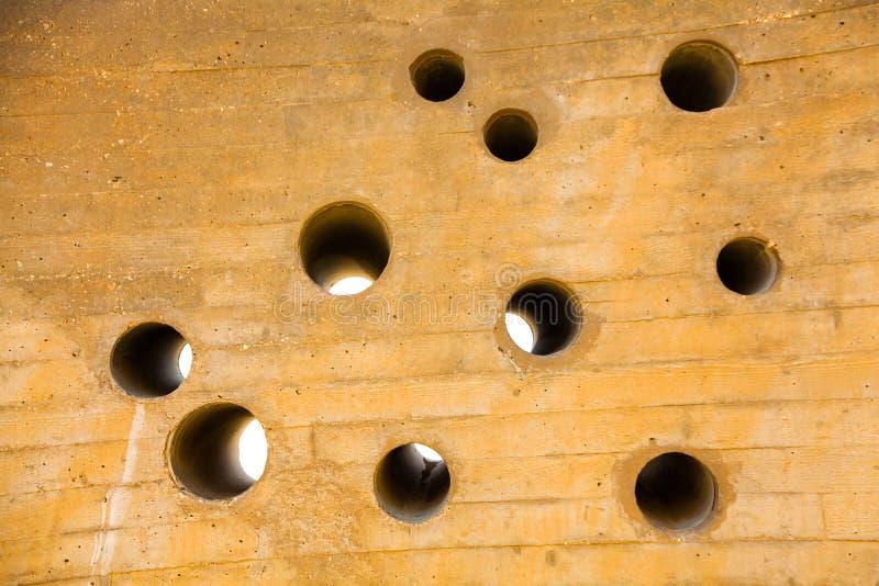 有圆的孔的复数的墙壁 库存照片