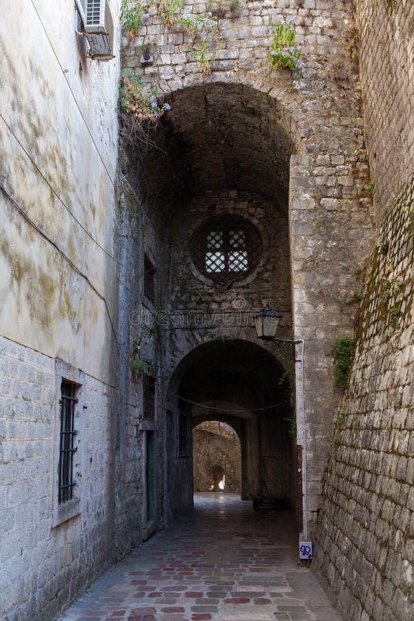 有圆的窗口的石老走廊 免版税图库摄影