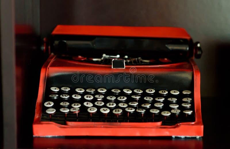 有圆的钥匙的减速火箭的老vinage打字机,正面图 免版税库存照片