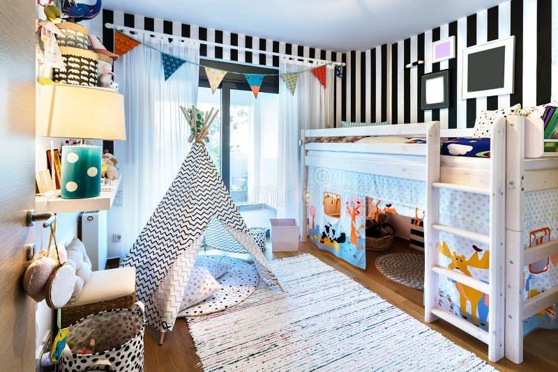 有圆锥形帐蓬和床的孩子卧室 库存照片