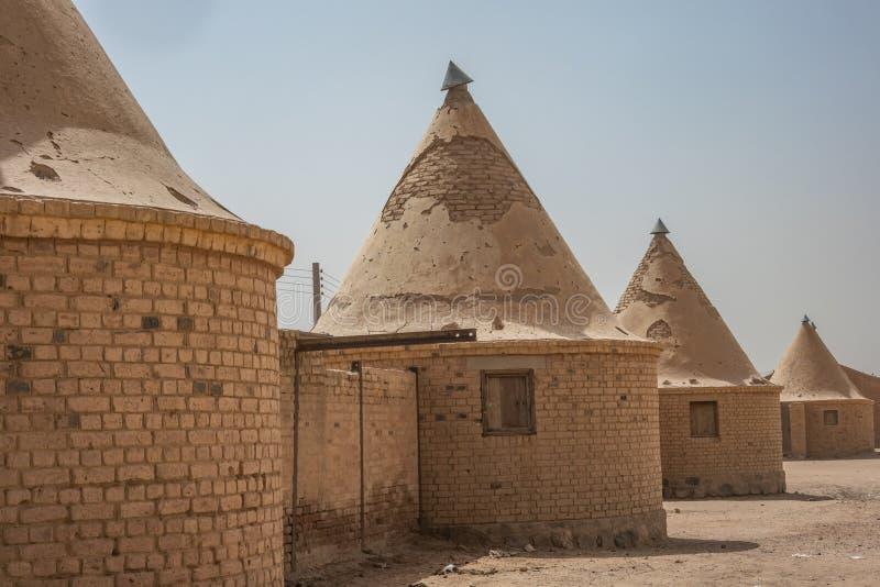 有圆锥形针对性的屋顶的圆的房子,修造由铁路的雇员的英国在非洲,在a边缘  图库摄影