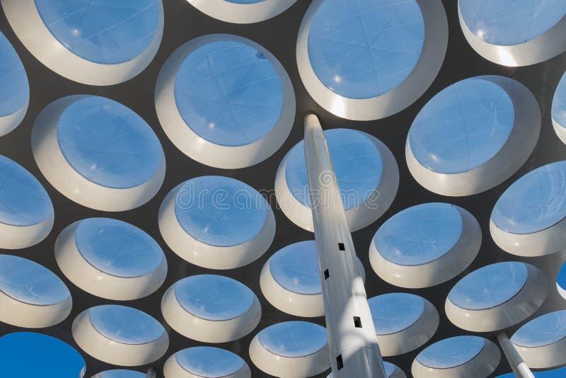 有圈子玻璃窗的现代屋顶在段落购物中心 库存图片
