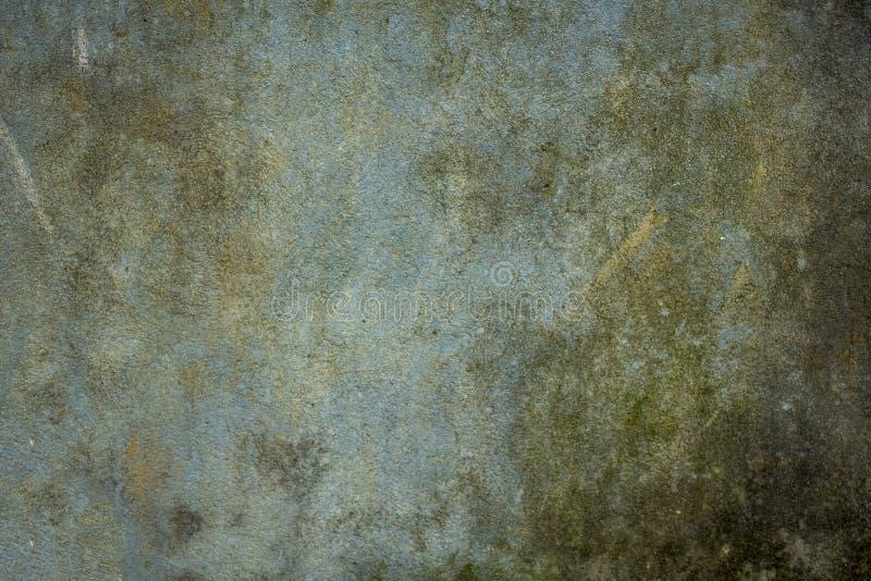 有土、模子和青苔抓痕和污点的老肮脏的青绿色墙壁  概略的纹理 水泥粗砺的墙壁 免版税库存图片