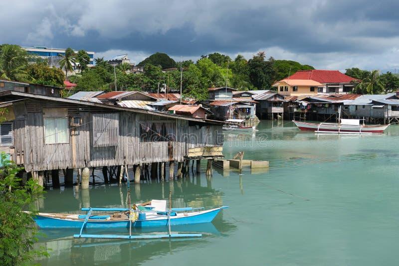 有土气小船的浮动渔村- Tagbilaran,菲律宾 免版税库存图片