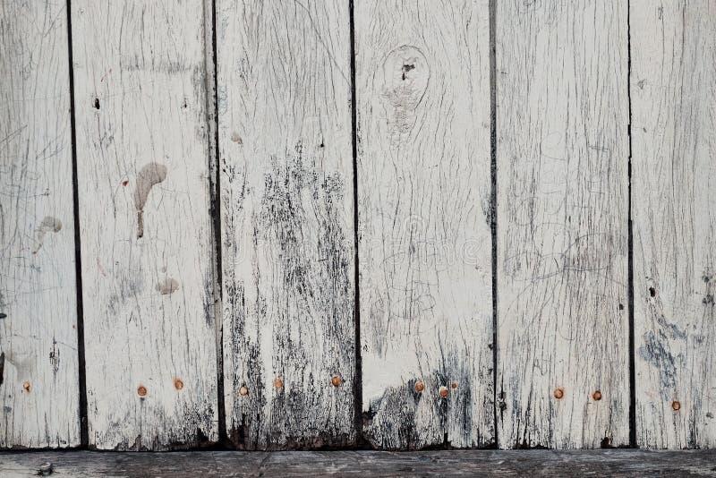 有土气白色油漆的被风化的委员会 免版税图库摄影