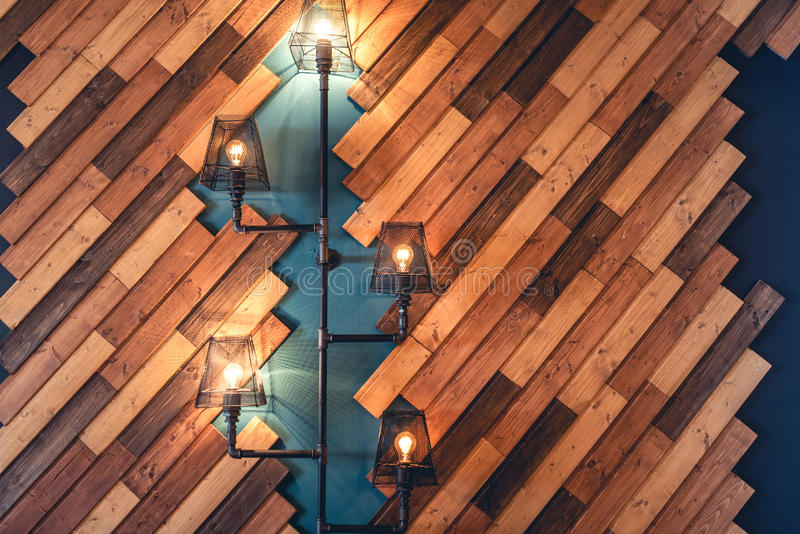 有土气装饰元素的餐馆 与灯和电灯泡光的室内设计细节 木墙壁装饰 免版税库存照片