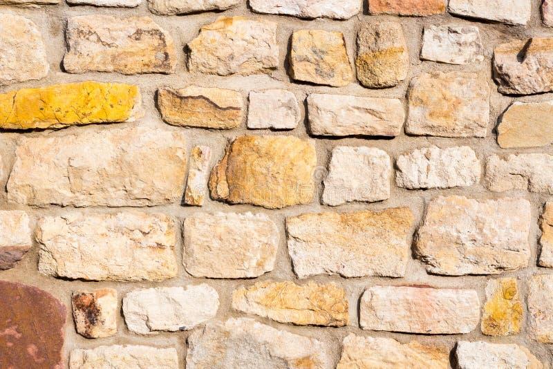 有土气魅力的老,经典,米黄砂岩墙壁 图库摄影