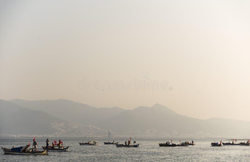 有土耳其旗子的渔夫 库存图片