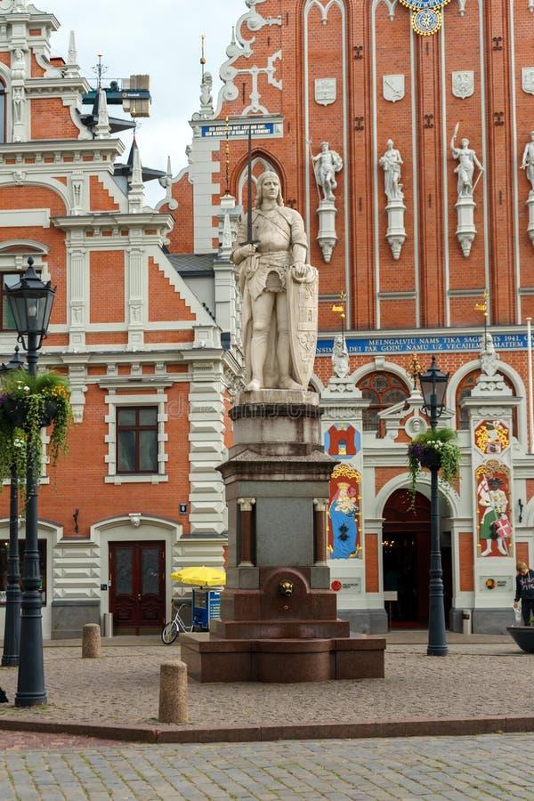 有圣徒罗兰特和圣彼得教会,里加奥尔德敦,拉脱维亚,7月黑头宫和雕塑的政府大厦广场  免版税库存图片