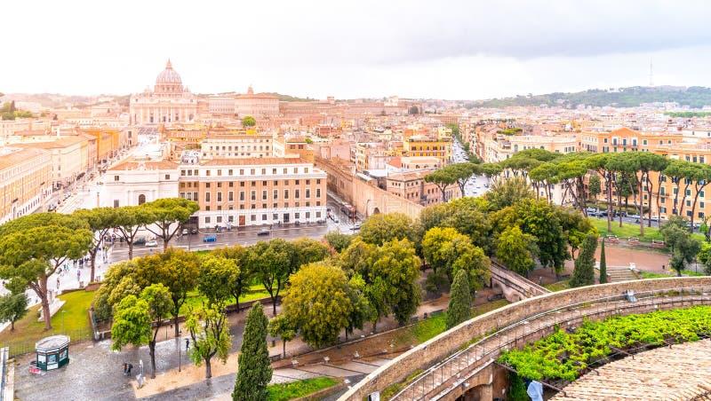 有圣皮特圣徒・彼得的大教堂的梵蒂冈 从圣天使城堡,罗马,意大利的全景地平线视图 库存图片
