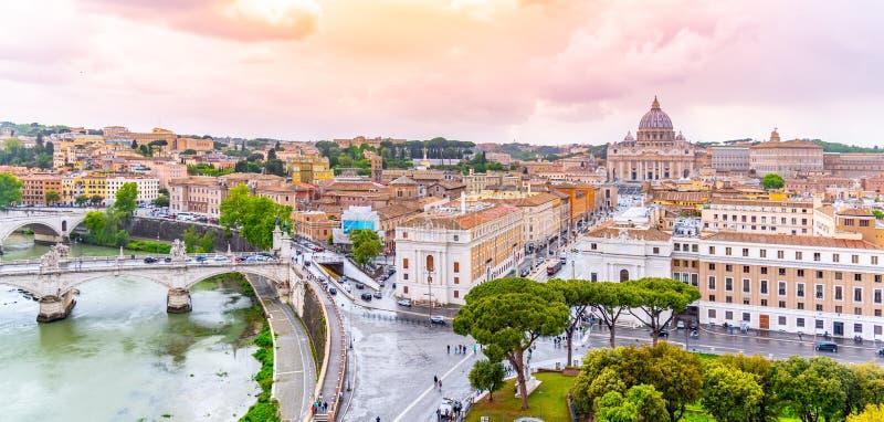 有圣皮特圣徒・彼得的大教堂的梵蒂冈 从圣天使城堡,罗马,意大利的全景地平线视图 免版税库存图片