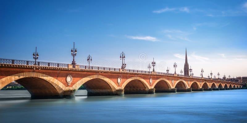 有圣米谢尔大教堂的,红葡萄酒,法国Pont de皮埃尔桥梁 图库摄影