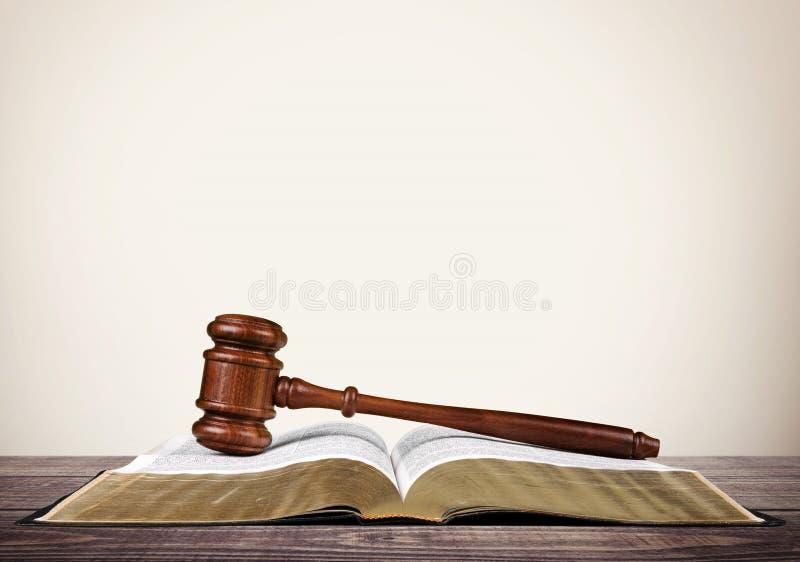 有圣经的法官锤子在桌上 库存图片