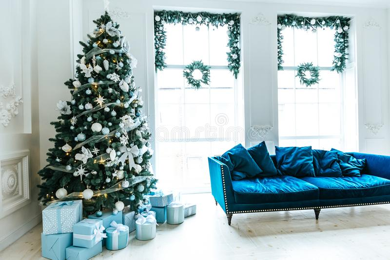有圣诞树、沙发、礼物和一个大窗口的圣诞节客厅 美好的新年装饰了经典家庭内部 免版税图库摄影
