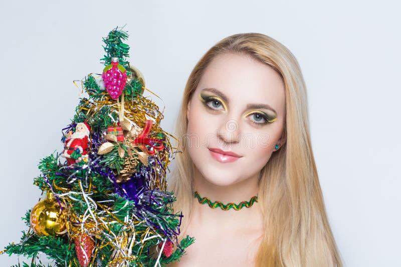 有圣诞树的妇女 库存图片