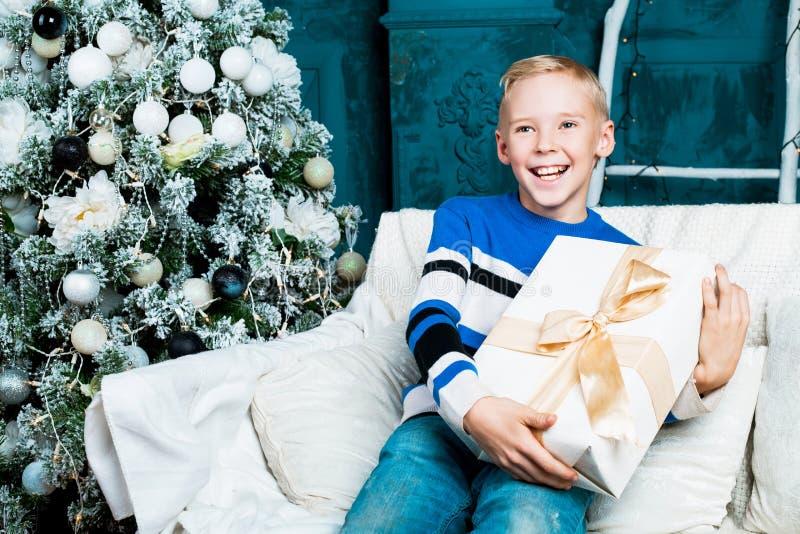 有圣诞树的男孩 免版税库存照片