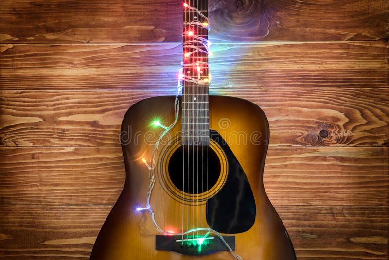 有圣诞灯的吉他 图库摄影