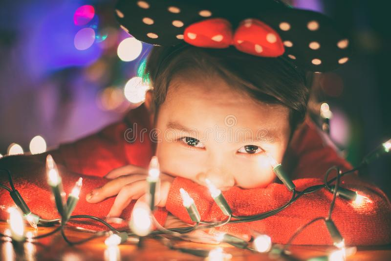有圣诞灯的小女孩 免版税库存照片