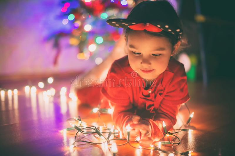 有圣诞灯的小女孩 免版税图库摄影
