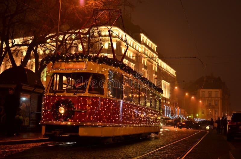 有圣诞灯装饰的电车 免版税库存图片