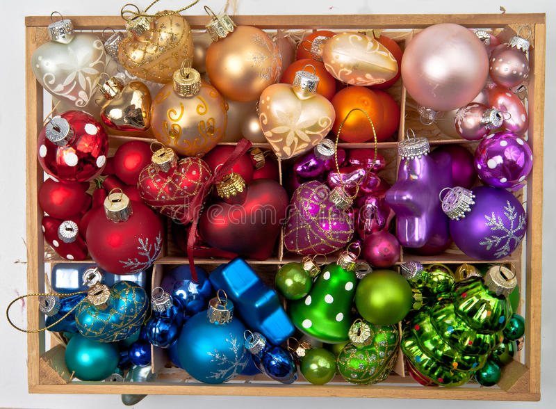 有圣诞节中看不中用的物品的一点箱子 库存图片