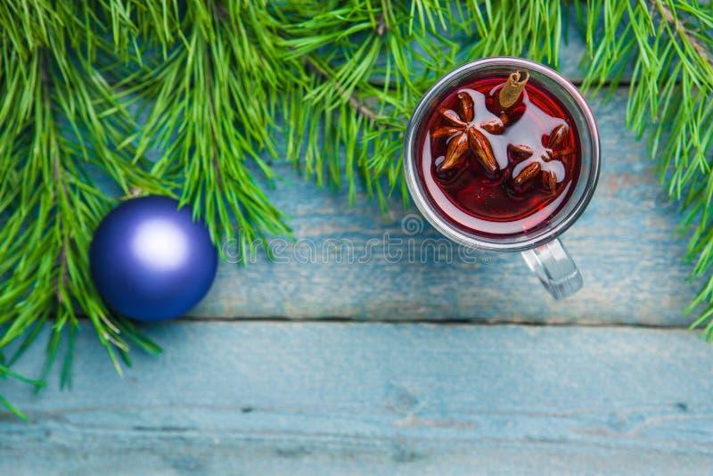 有圣诞节的杯仔细考虑了在木背景顶视图的酒 免版税库存图片