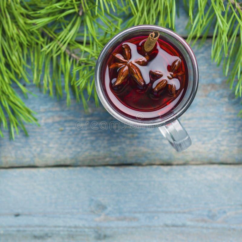 有圣诞节的杯仔细考虑了在木背景顶视图的酒 免版税库存照片