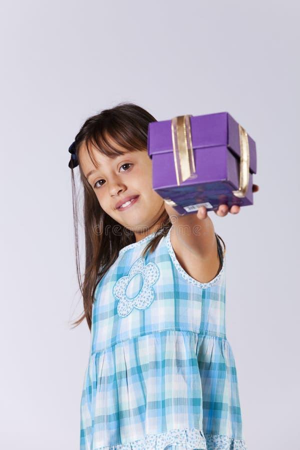 有圣诞节礼物的小女孩 免版税库存图片