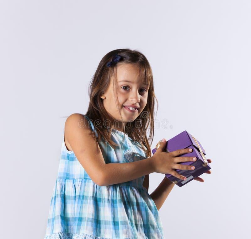 有圣诞节礼物的小女孩 库存照片