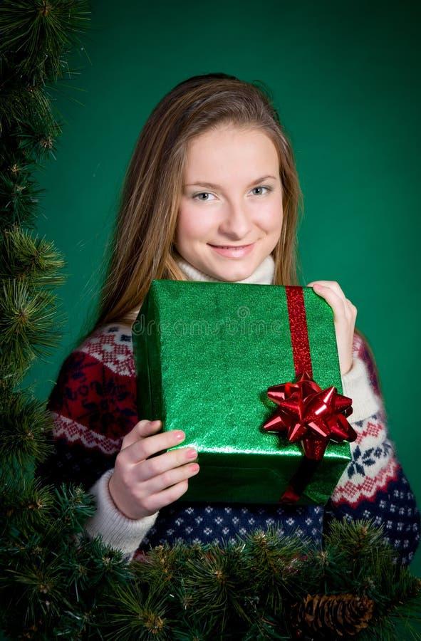 有圣诞节礼物的微笑的少妇。新年。 库存图片