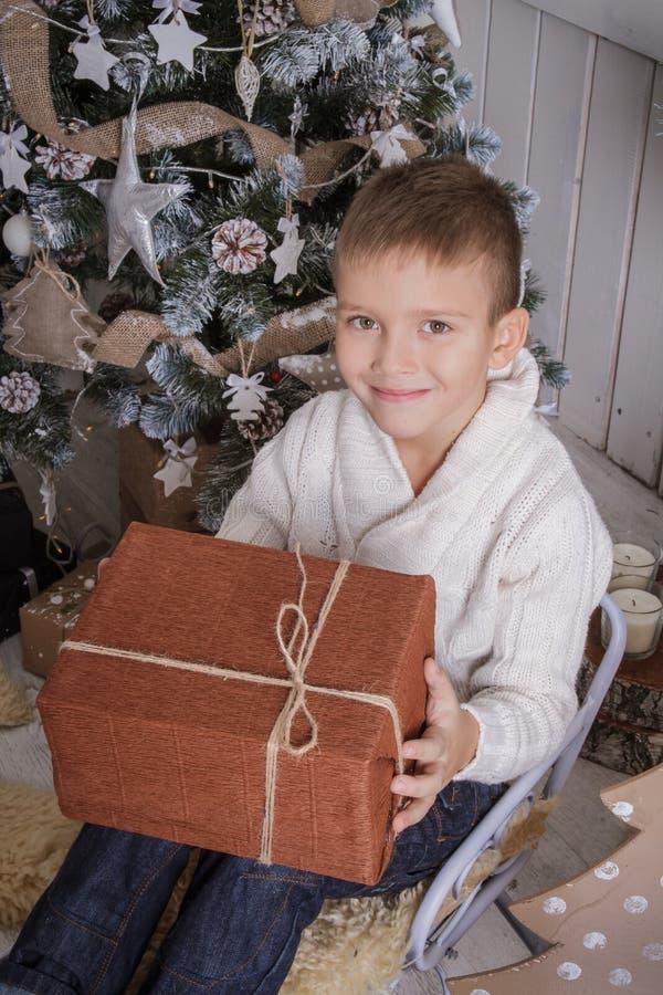 有圣诞节礼物的男孩在雪橇 免版税库存图片