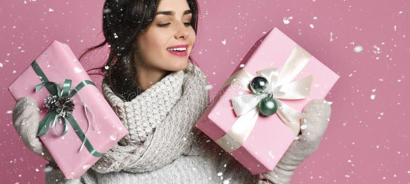 有圣诞节礼物的秀丽女孩 库存照片