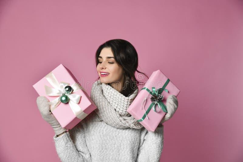 有圣诞节礼物的秀丽女孩 库存图片