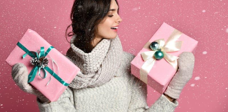 有圣诞节礼物的秀丽女孩 免版税库存图片