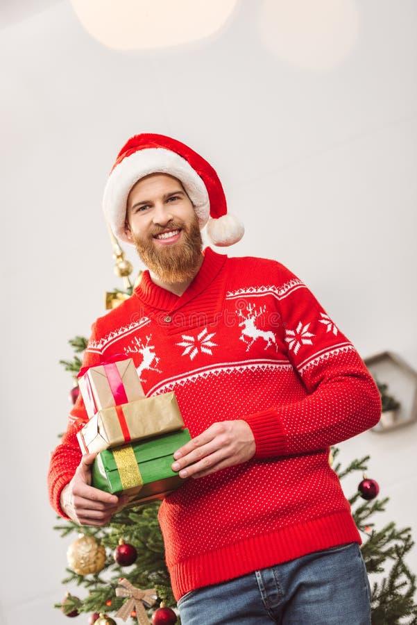 有圣诞节礼物的英俊的人 免版税库存照片